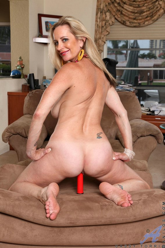 Lesbo milf suduces young girl
